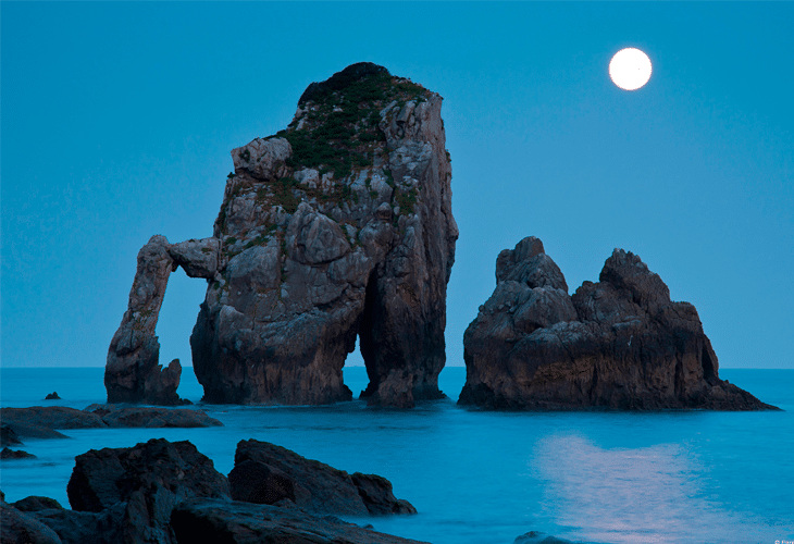Moonset over Bay of Biscay - Windows 8 Wallpaper